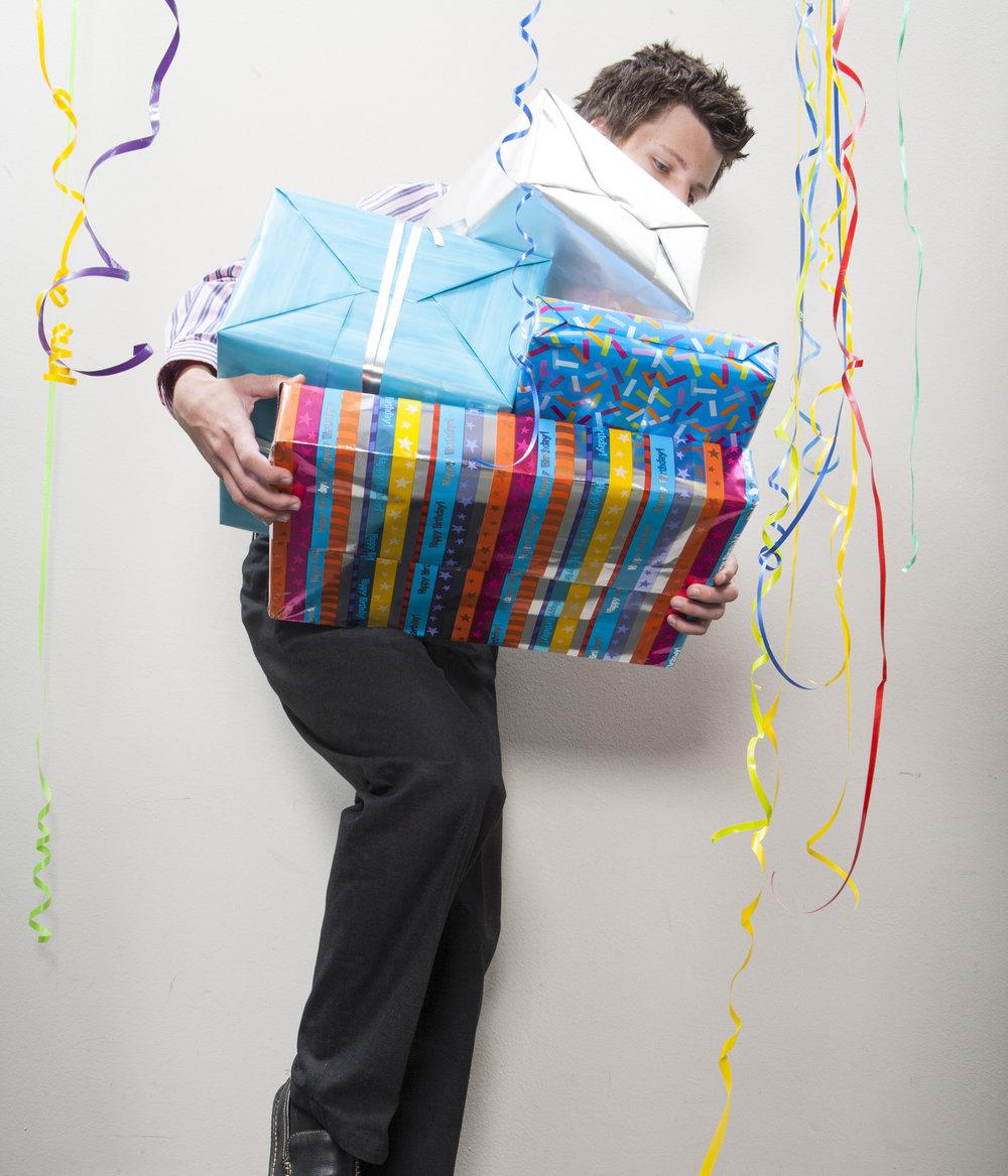 birthday-gift-in-office_HtT6hg0Bi.jpg