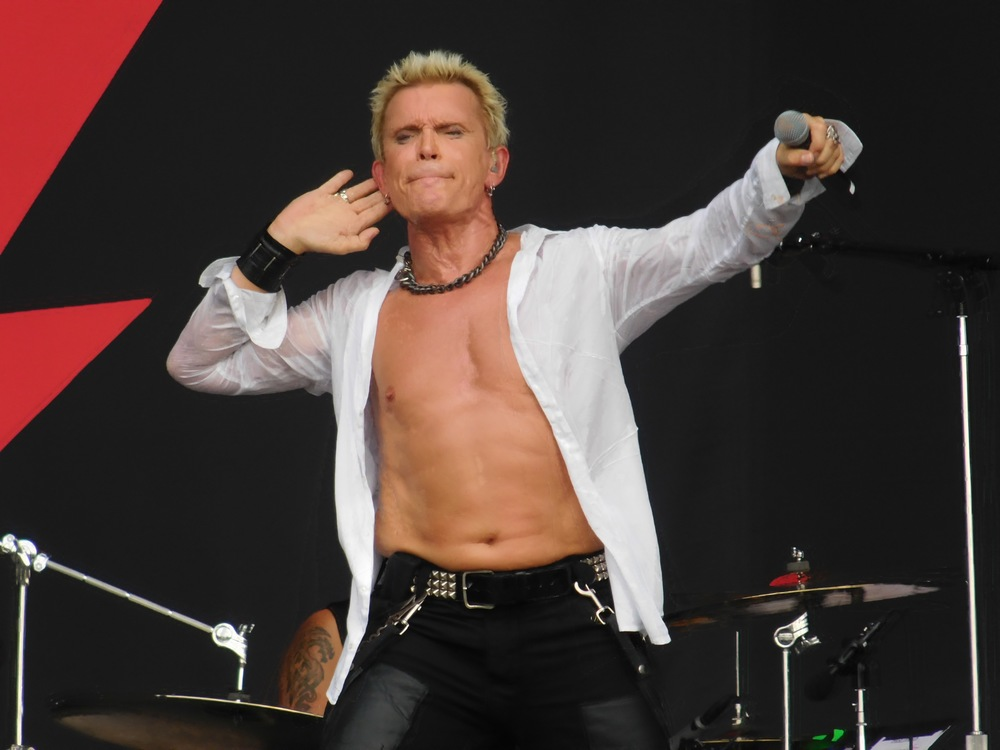 As a veteran rocker Billy Idol knows how to work a crowd and he did work the sizable crowd very well.