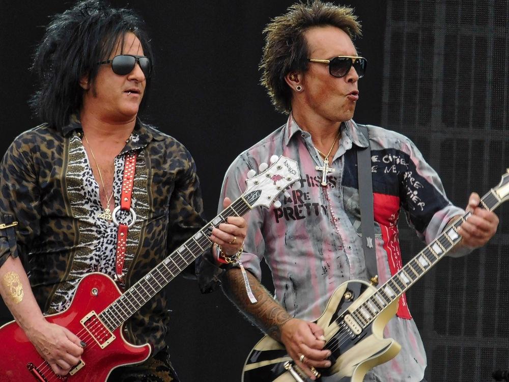 Billy Idols guitarists posting like rock stars.