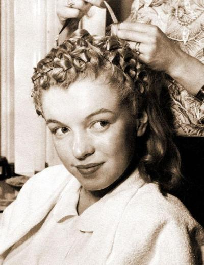 Marilyn Monroe s hair is almost an icon in its own right. Her white blonde  along with her curls and set are one of the most desirable looks for women  the ... fe4da1852c