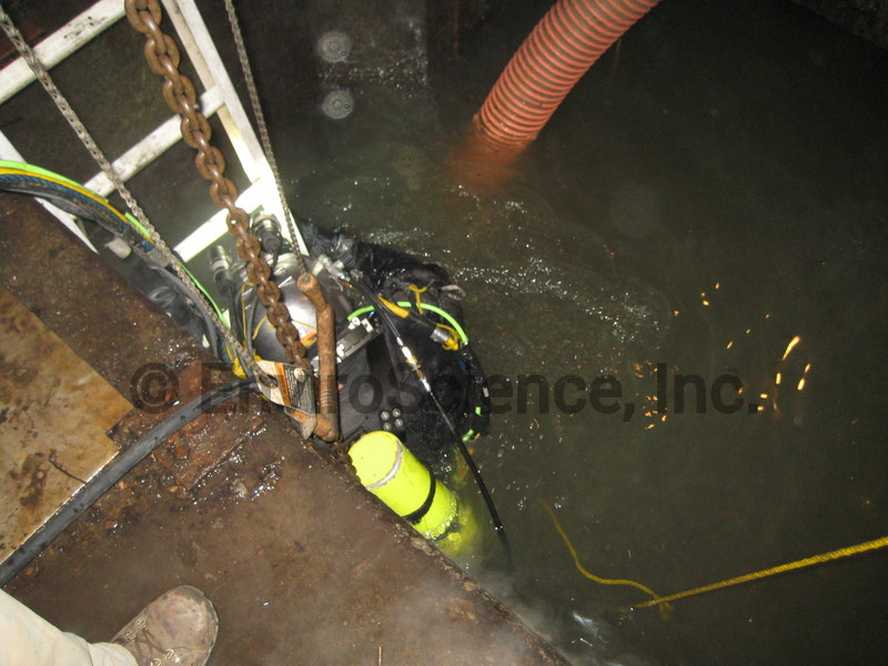 Diver_cleaning_pump_house_screens.jpg