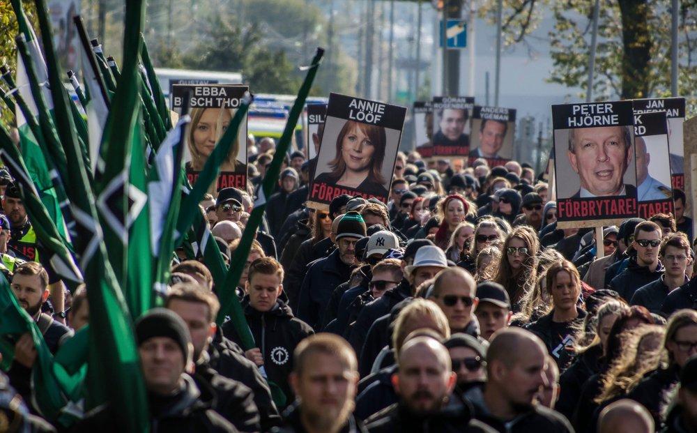 o17o93O  Septemberdemonstration -  Revoltera mot folkförbrytarna  - 2o17.  Beskuret fotografi från NORDFRONT.