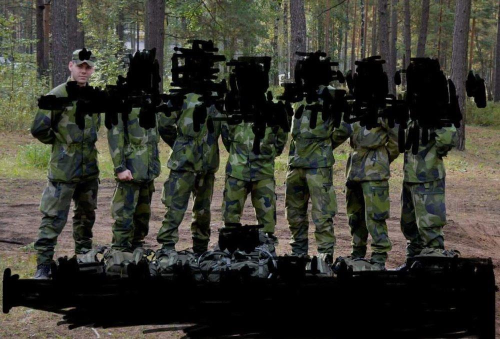 Mathias Andersson med förbandskamrater.  Mer militär information:  FÖRSVARSUTBILDAREN NO.5 2o13 s.29 .