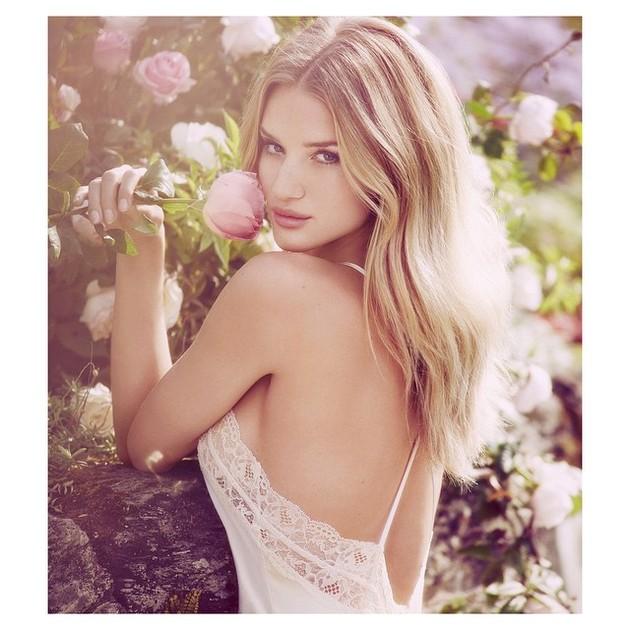 Rosig Rosie Huntington-Whitely i rosenbuskage.