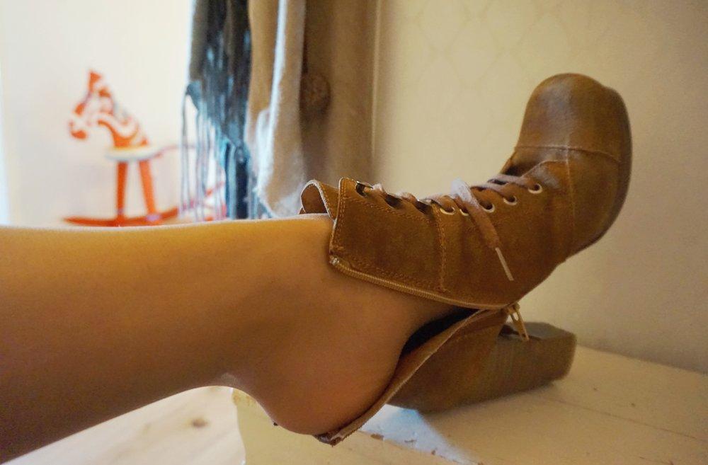 I  Can Can: sieviešu pusgarās zeķes : tunna nylonstrumpor är de perfekta strumporna för skor som - vid bruk av kraftigare strumpor el. inga strumpor alls - kan skava. Notera att spiran ser len ut fastän den ej hyvlats; illusionen är nylonets förtjänst.