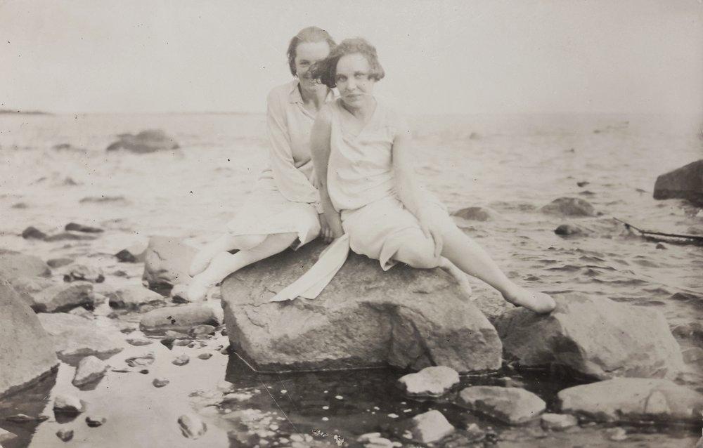 1927 o724 Elsa (bakom väninna) i den finska skärgården.