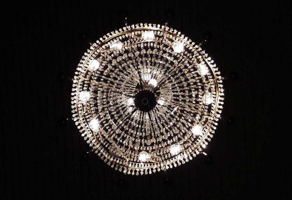 o18122o  Vid ungdomars adventsmusicerande i Överluleå kyrka, fann jag mig rakt under en vacker kristallkrona.