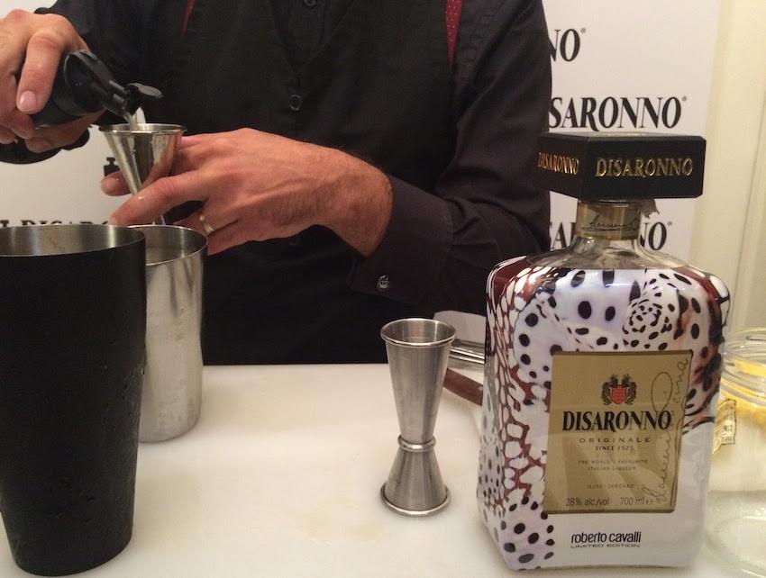 O delicioso amaretto Disaronno foi a bebida oficial do cocktail, aqui ilustrado nesta belíssima garrafa desenhada por Roberto Cavalli.