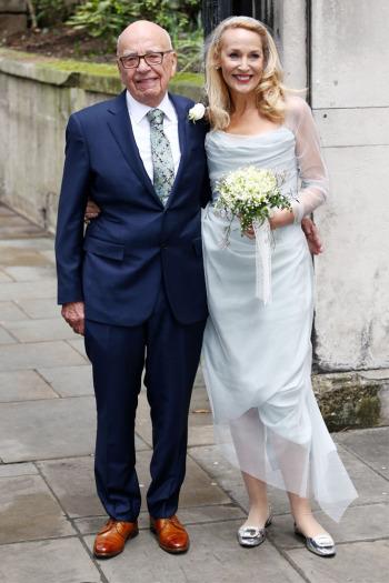 Jerry Hall no dia do seu casamento com Rupert Murdoch, calça Roger Vivier