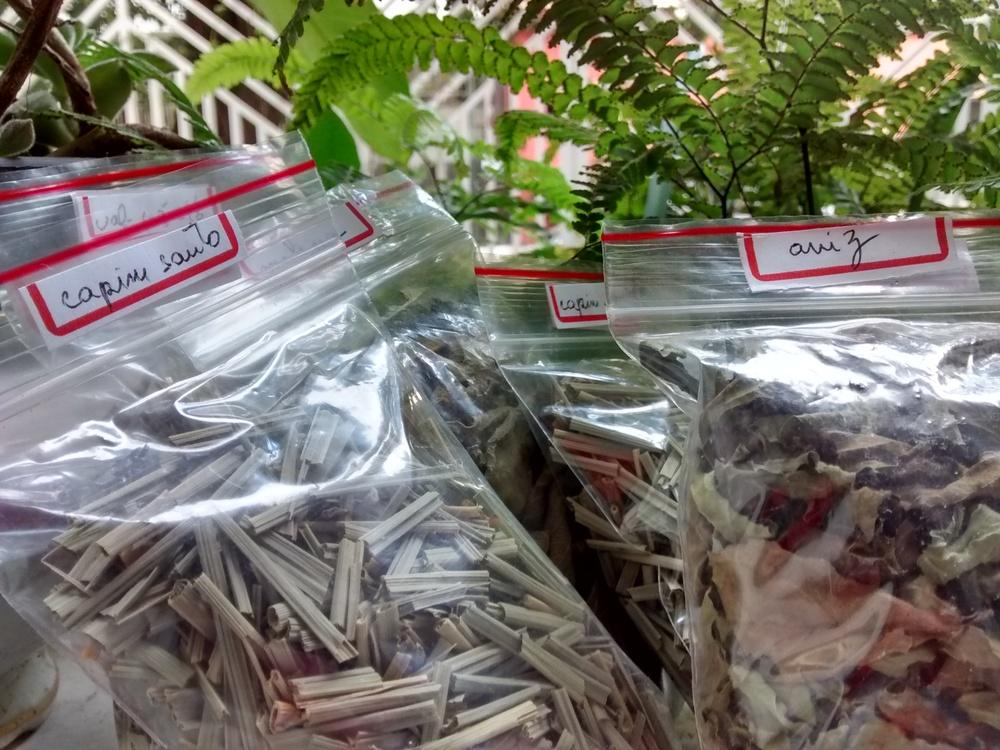 Chás de folhas desidratadas