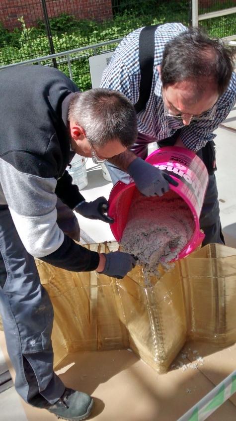 Prueba de vertido de cemento en los huecos interiores de las piezas para aumentar su resistencia.