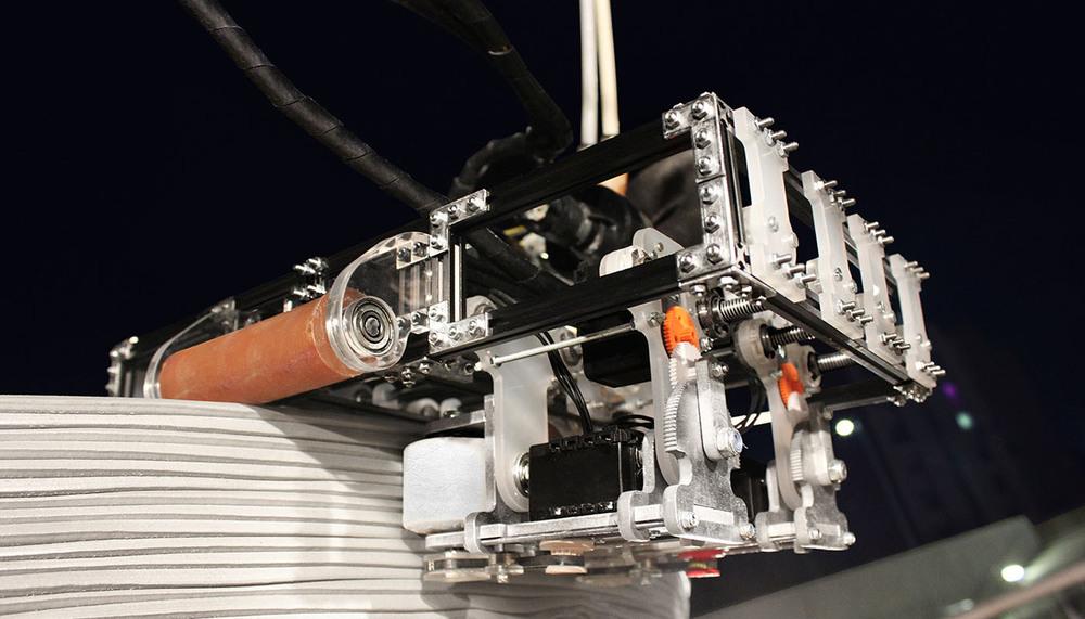 Uno de los robots imprimiendo una estructura.
