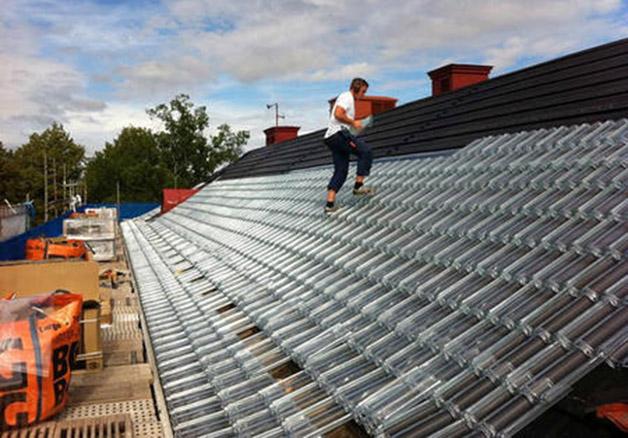 Colocación de las tejas de SolTech.