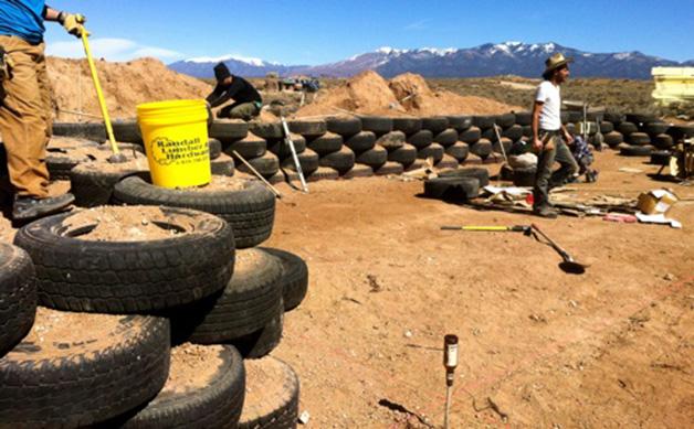 Compactado de tierra en muro a base de neumáticos.