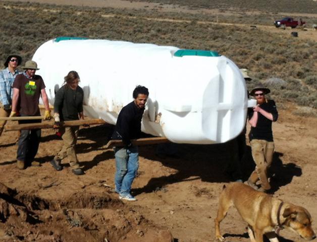 Transporte de uno de los depósitos de agua.
