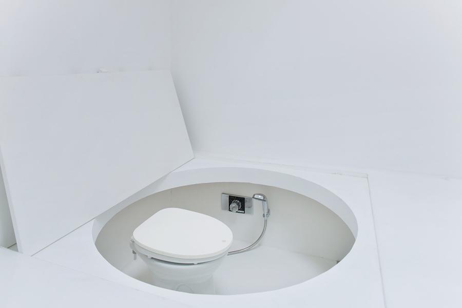 El baño se resuelve y oculta gracias al doble fondo con el que cuenta toda la vivienda y que adquiere distintos usos.