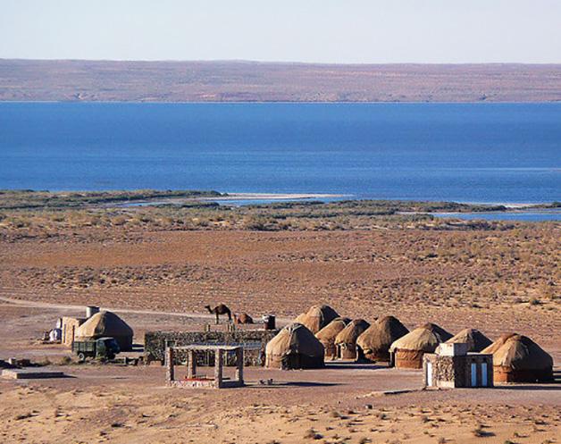 Yurtas. Viviendas de los pueblos nómadas de las estepas de Asia central. En su origen eran modulares y desmontables, su diseño les confería estabilidad frente a los fuertes vientos.