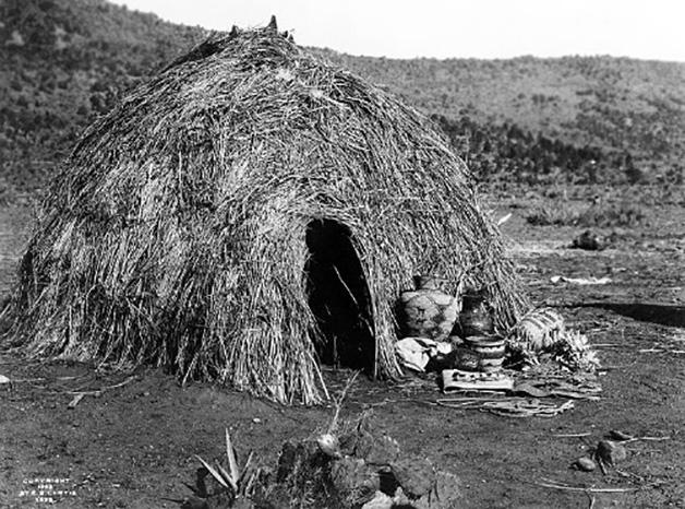 Los Wigwam o Wickiup, usados por los nativos del suroeste y oeste de los actuales Estados Unidos. Refugio redondo conformado con un armazón de postes arqueados que se cubría con una techumbre vegetal.