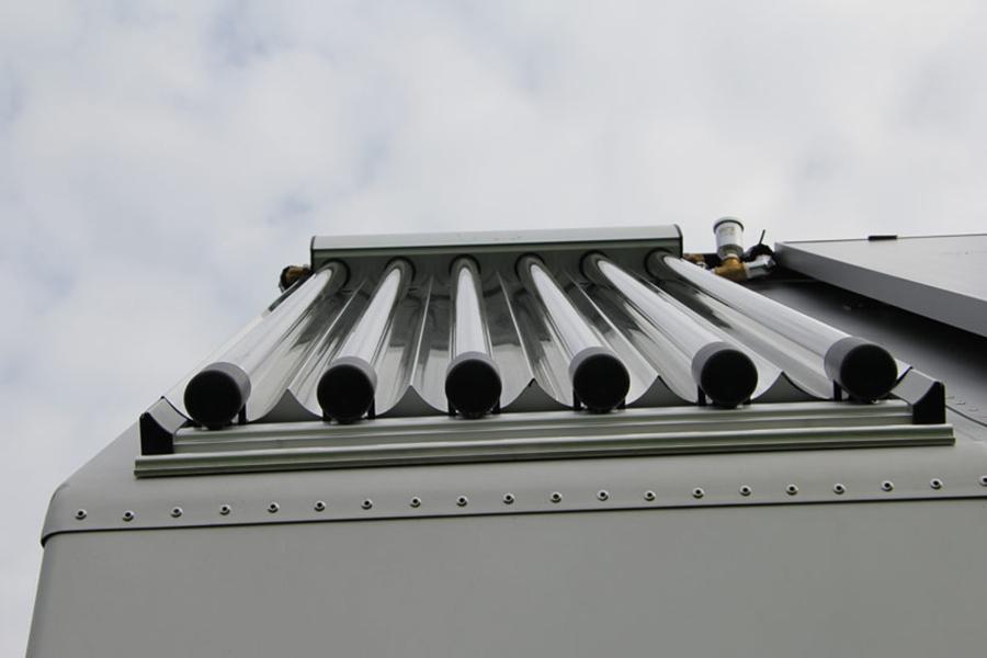 Colectores solares en la cubierta de Diogene