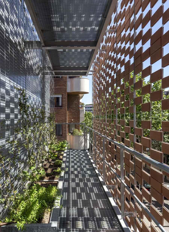 Flexbrick como flitro solar en fachada de edificio en Barcelona (Pich Architects).