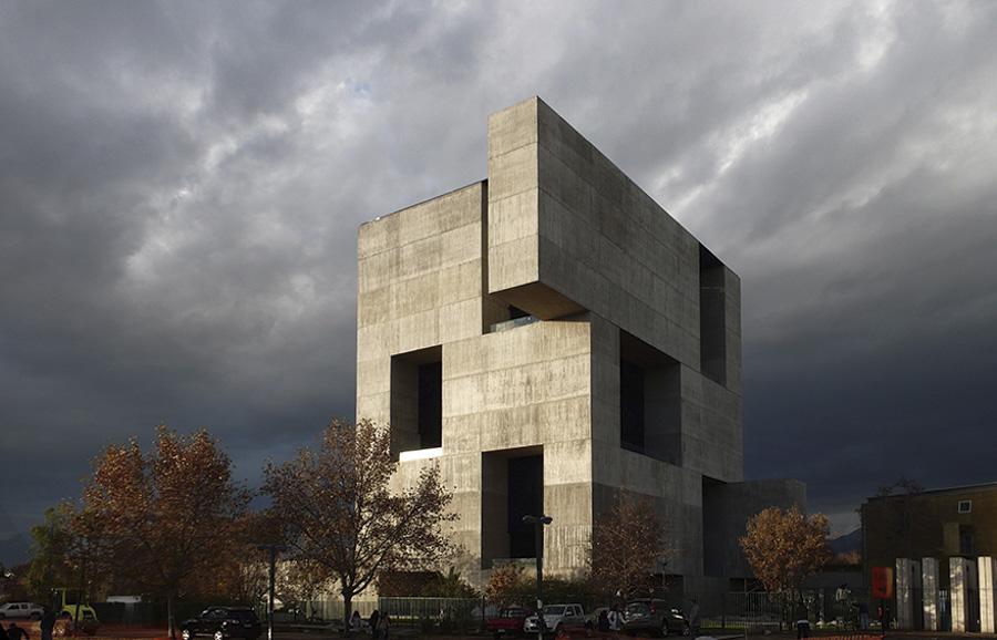El edificio utiliza una masa térmica en el perímetro que evita la acumulación de calor, en oposición de la clásica envolvente de vidrio.