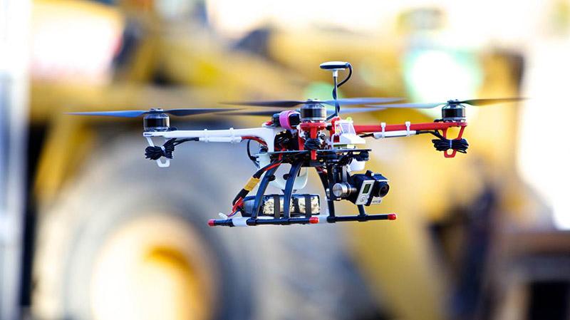 Dron equipado con cámaras y otras herramientas para la toma de datos desde el aire