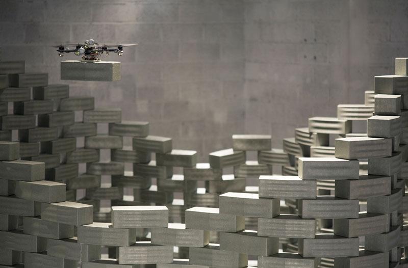 Dron trabajando en la instalación Flight Assembled Architecture