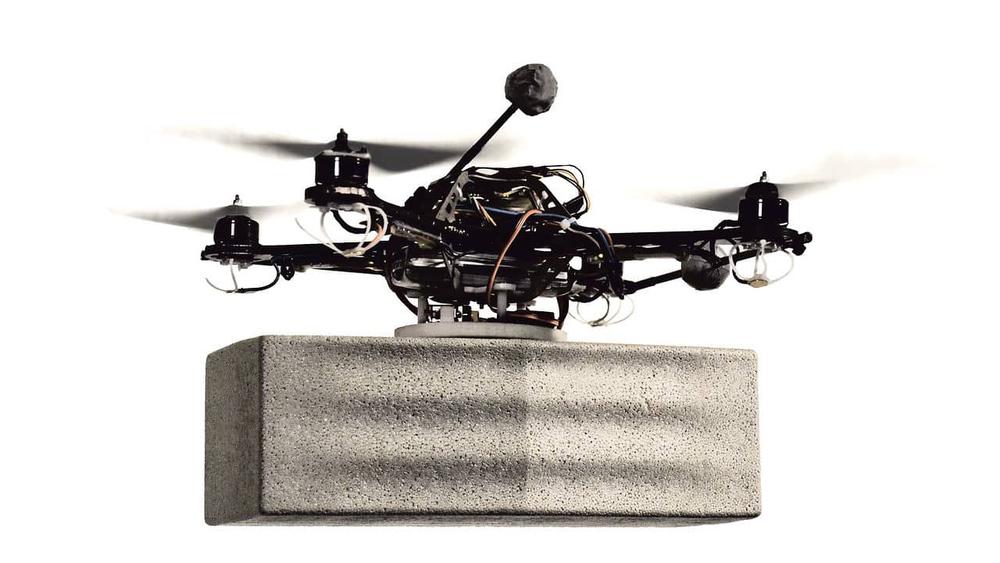 Dron transportan un bloque de poliespan