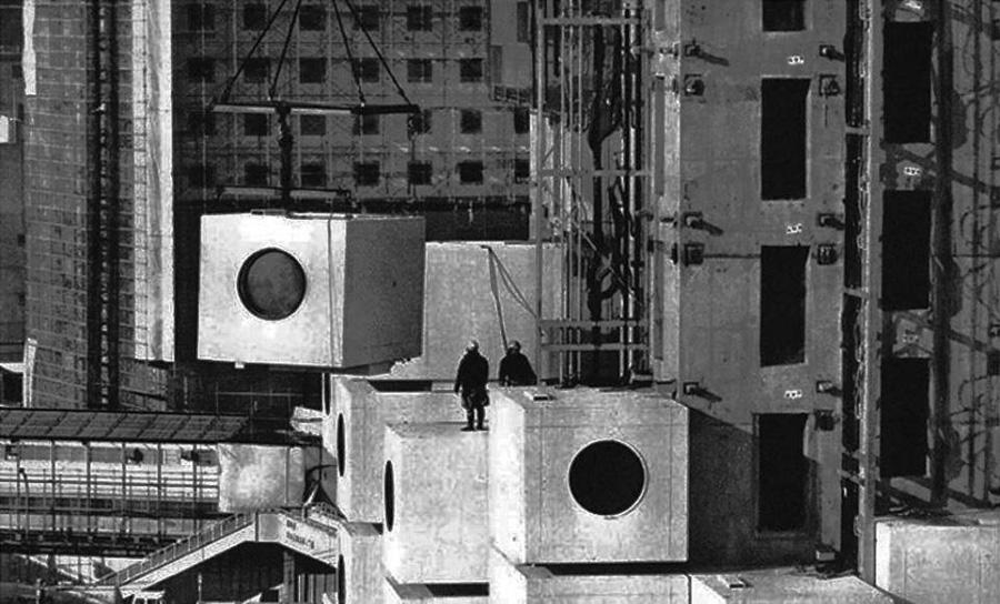 Instalación de las cápsulas durante la construcción de la Torre Nakagin