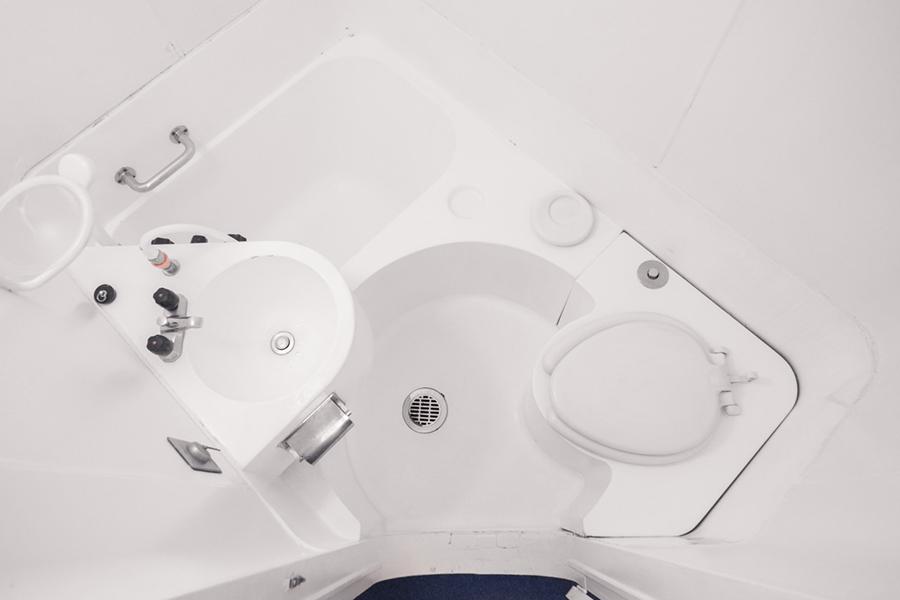 El baño es similar al de un avión