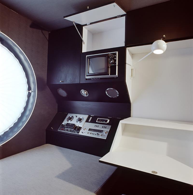 Interior con mobiliario en color oscuro