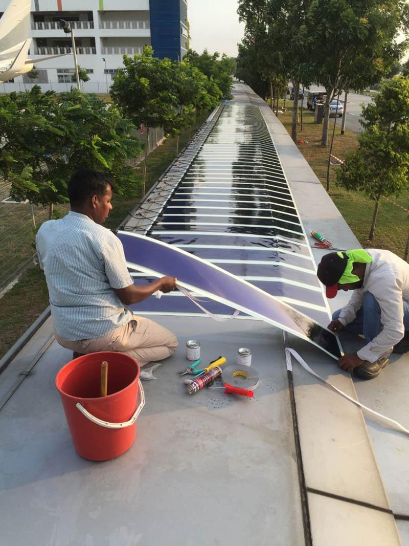 HeliaFilm colocándose en la cubierta de una pasarela del aeropuerto de Singapur