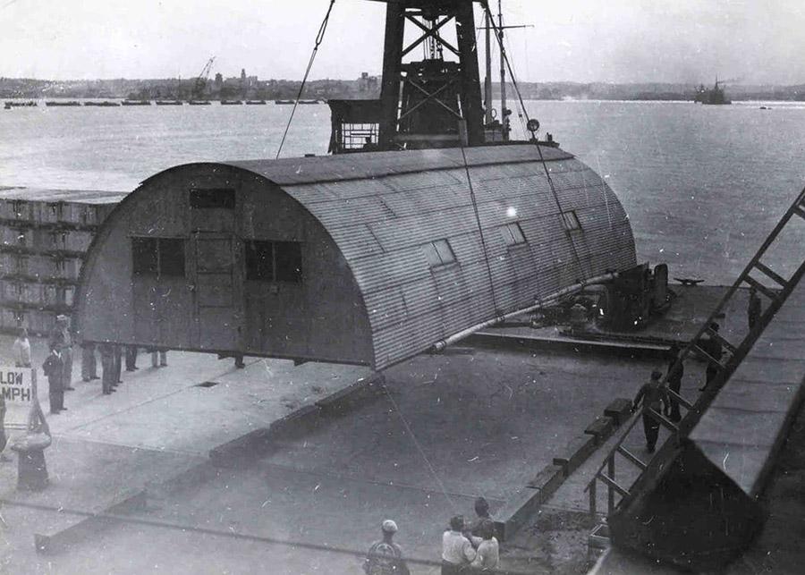 Instalación en una base militar de Japón de una de las Nissen Hut