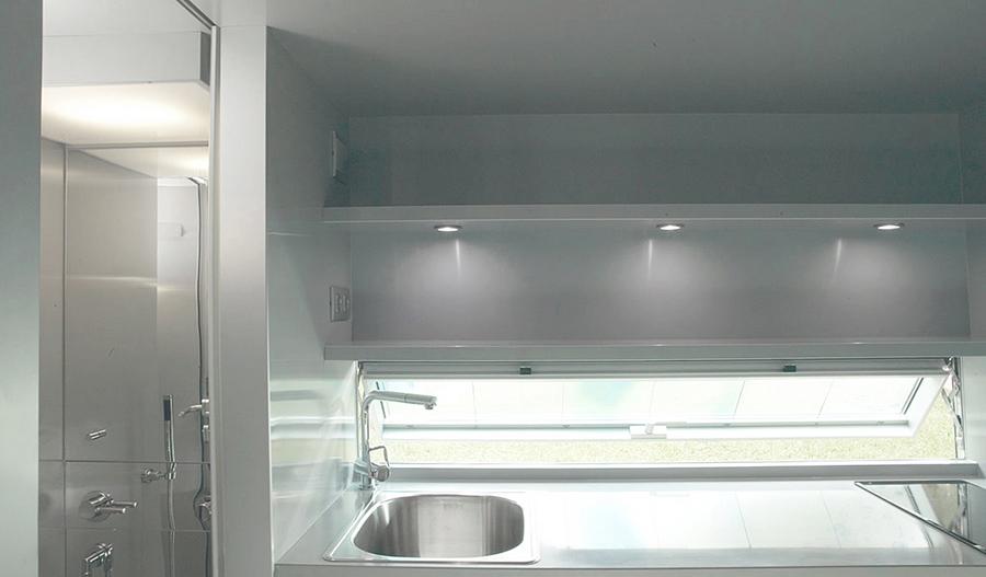 Vista de la cocina y el baño (izquierda).