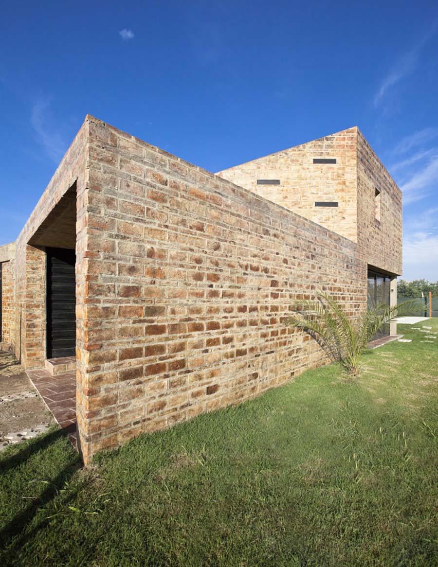 Casa Alejandra, construida con ladrillos de barro cocido,del estudio de arquitectura argentino Cekada-Romanos