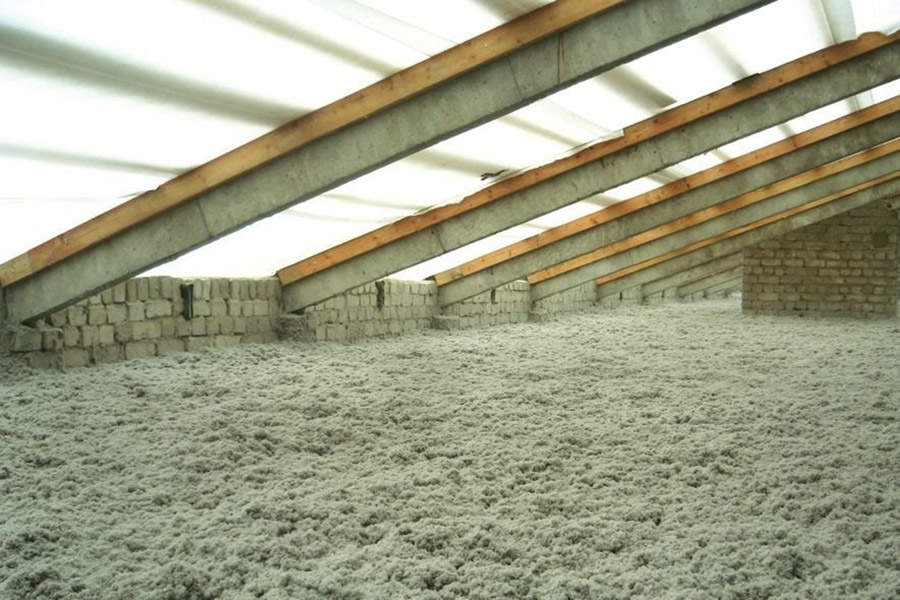 Aislamiento de fibra de celulosa en bajo cubierta