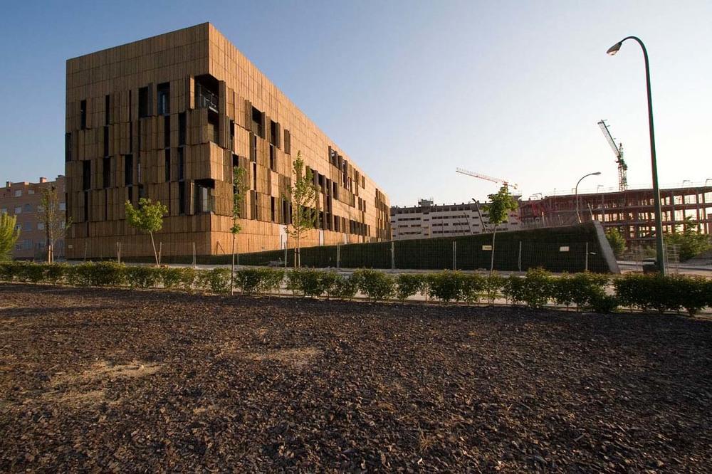 El edificio Bambú de Alejandro Zaera cuenta en fachada con una celosía de bambú que lo envuelve por completo