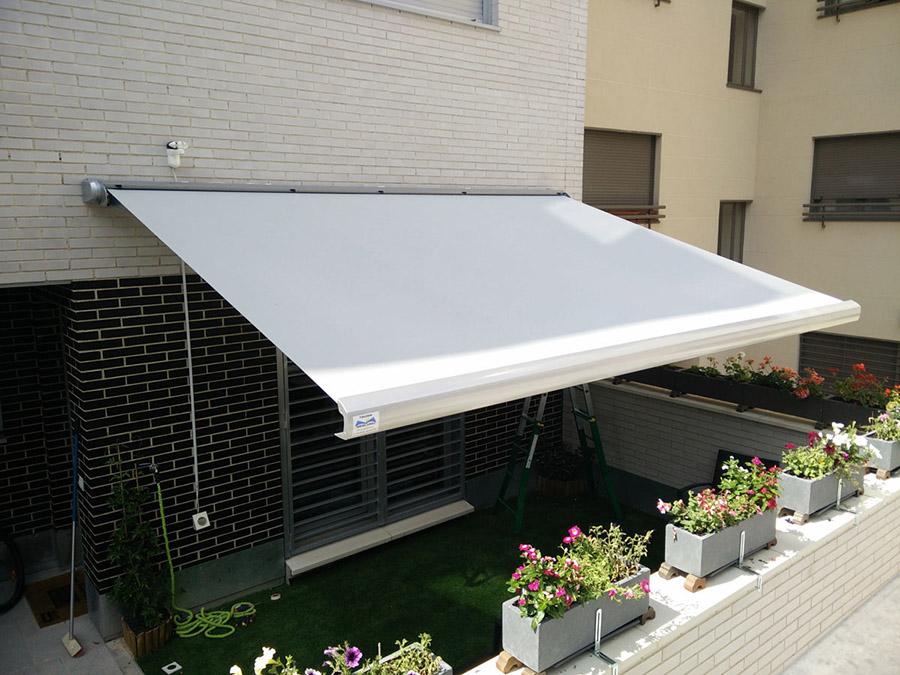 5 sistemas pasivos para proteger tu vivienda de la for Toldos corredizos para terrazas