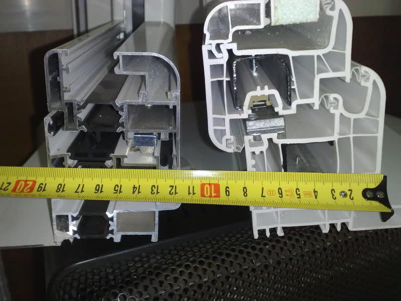 Sección de un marco de aluminio con rotura de puente térmico (izquierda) y de PVC (derecha)