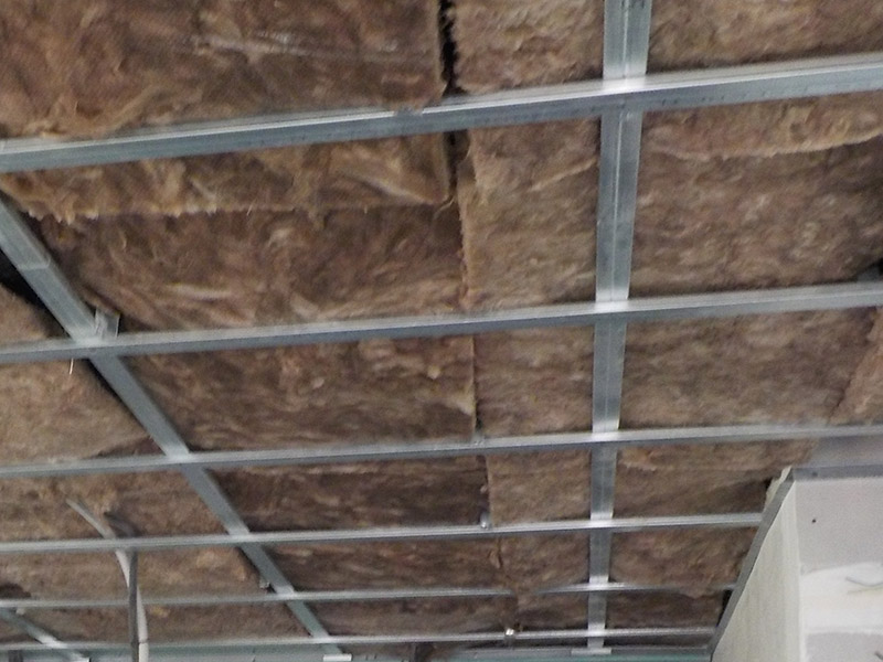 Si vivimos en un último piso, puede ser recomendable reforzar también el aislamiento de cubierta usando el falso techo.