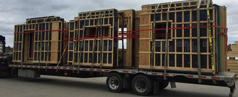 """Piezas de """"Super Wall"""" transportadas para ser instaladas."""