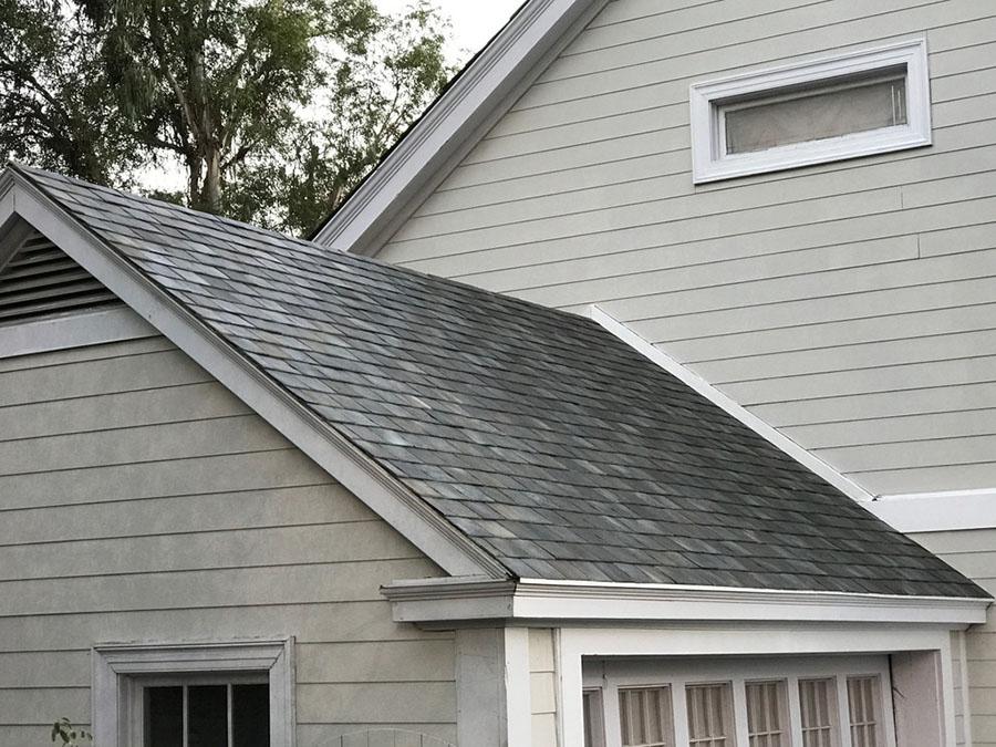 Vista de cerca de un tejado equipado con las tejas de Tesla. En este caso en imitación pizarra.