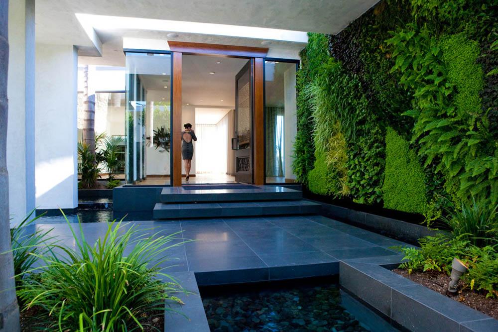 Jardín vertical en el acceso a una vivienda.