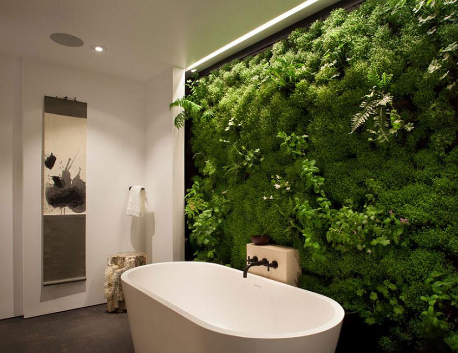 Instalación de jardín vertical interior en un baño para el aprovechamiento de las aguas grises.