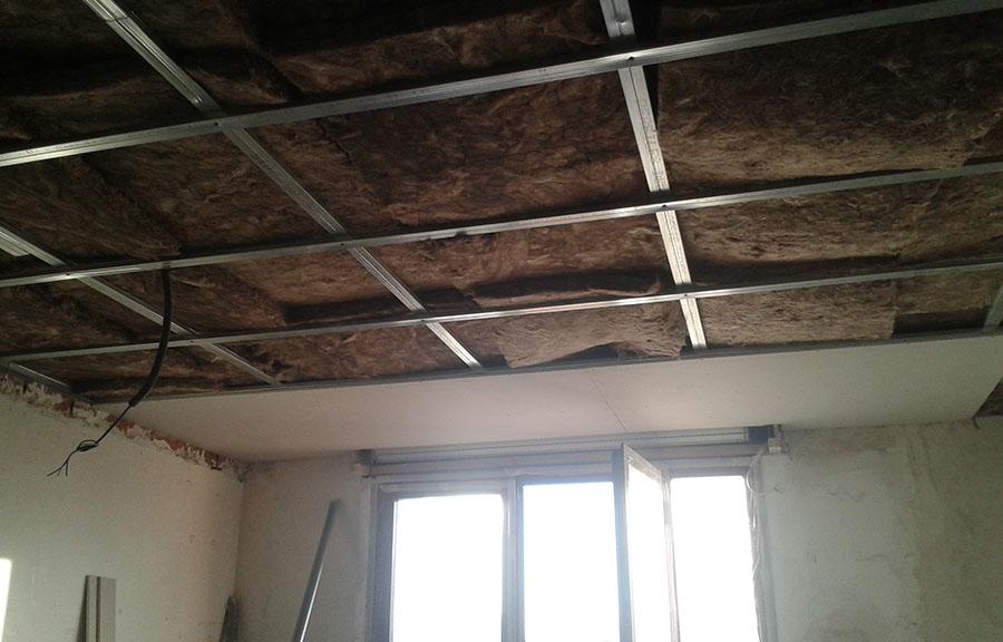 Aislamiento en falso techo con lana de roca. La lana de roca es principalmente un aislante térmico pero también funciona como aislante acústico.