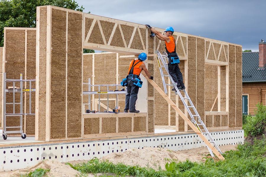 Construcción de vivienda mediante paneles autoportantes prefabricados de madera y paja.