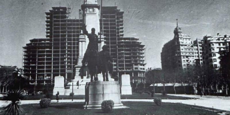 El Edificio de España en construcción visto desde la Plaza de España.