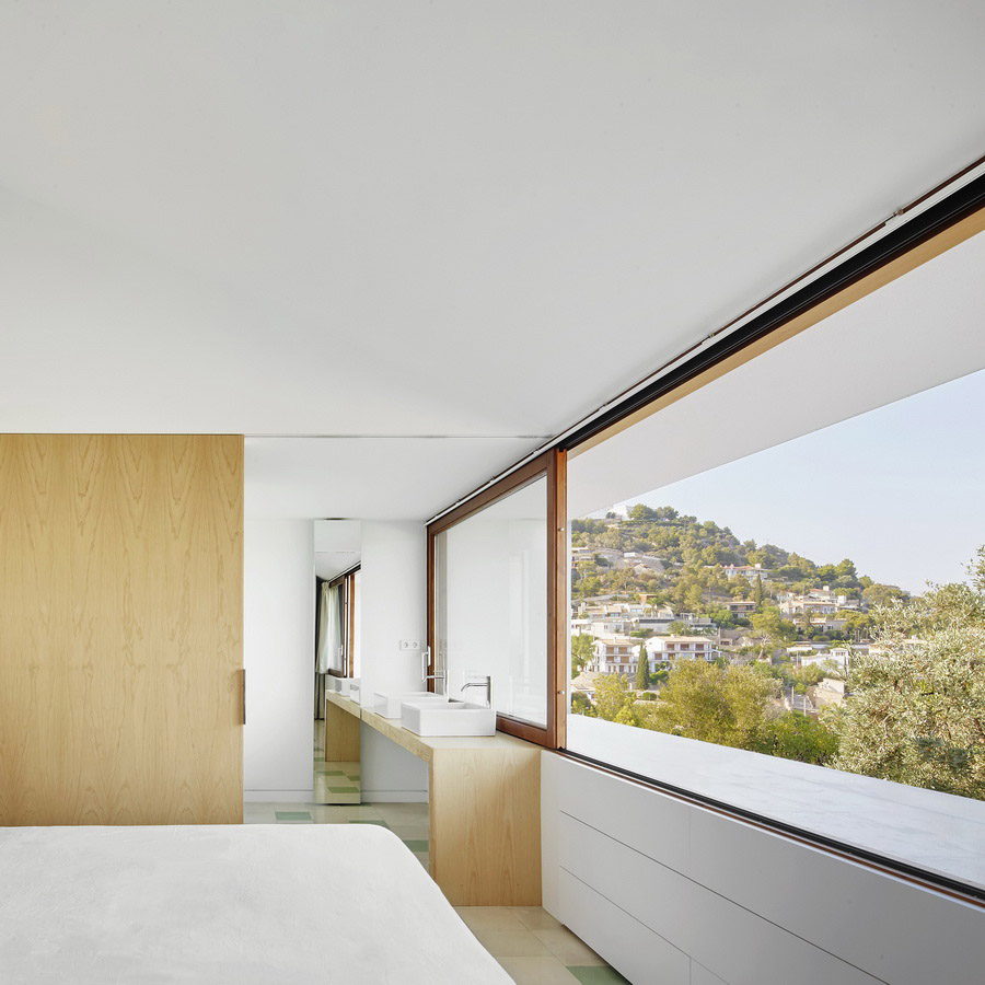 Dormitorio-baño principal en la vivienda MM, del estudio OHLAB.