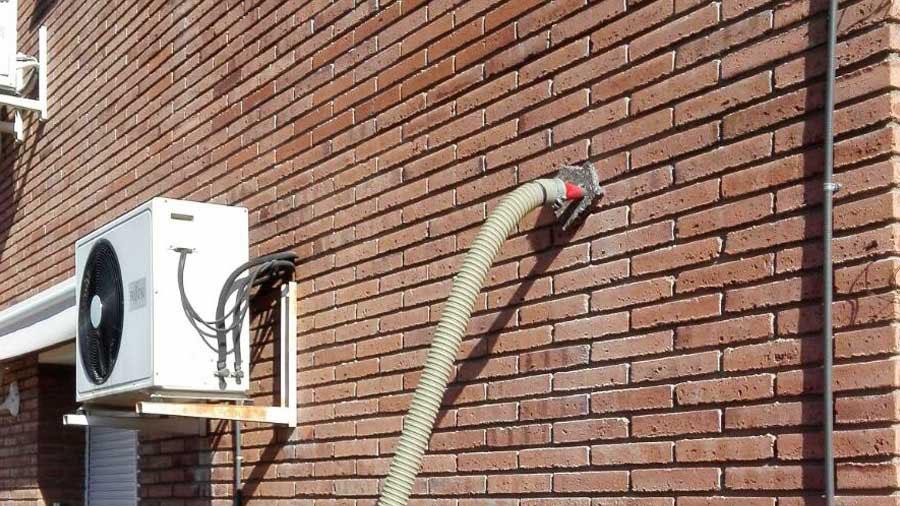 Inyección de aislamiento en cámara de fachada desde la hoja exterior.