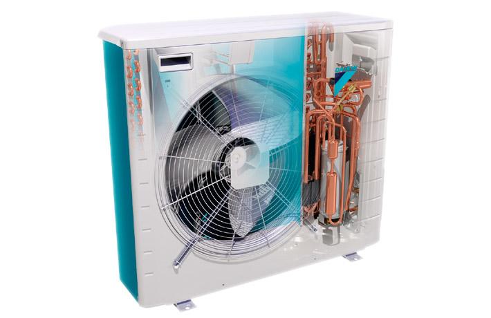 Interior de una bomba de calor de alta eficiencia o aerotermia.